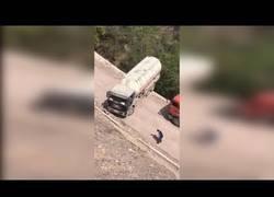 Enlace a Haciendo un cambio de sentido con un camión en una carretera la mitad de pequeña que él