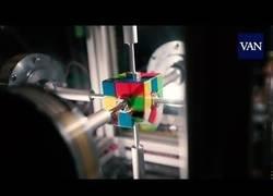 Enlace a Unos chavales resuelven el cubo de Rubik en 0,38segundos