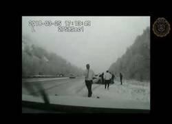 Enlace a Policía estaba ayudando a una persona en la nieve... y otro coche se lo llevó por delante
