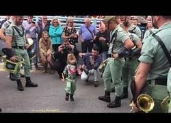 Enlace a El niño legionario de cuatro años que todos andan enamorados de él porque no es catalán y no está adoctrinado
