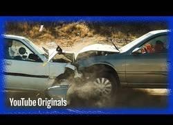Enlace a Graban en slow motion el terrible impacto de dos coches a más de 100km/h