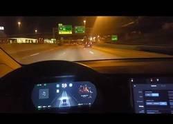 Enlace a El bug terrible de un Tesla en autopiloto imaginando que una isleta es un carril