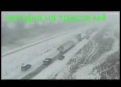 Enlace a El tremendo accidente en cadena que se vivió en esta carretera rusa en mitad de la nieve