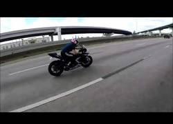 Enlace a Cuando pierdes el control de la moto pero tienes la suerte de tu lado