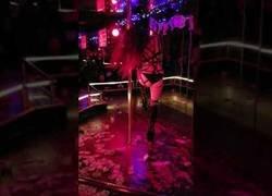 Enlace a Llegan a la sala de striptease y pillan a la bailarina comiéndose una pizza