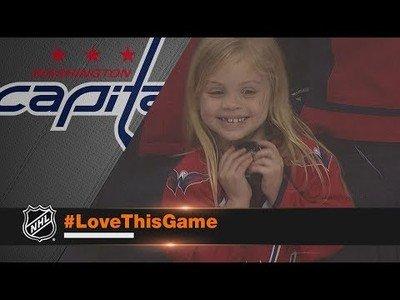 La gran felicidad de esta niña al recibir una pastilla de hockey sobre hielo de este jugador
