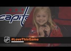 Enlace a La gran felicidad de esta niña al recibir una pastilla de hockey sobre hielo de este jugador