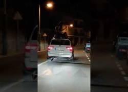 Enlace a Chicas lo dan todo sobre un coche en marcha bailando 'Lo Malo'