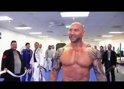 Enlace a Dave Batista ha conseguido cinturón marrón de Jiujitsu y la ceremonia de entrega es muy surrealista