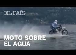 Enlace a Consigue el récord mundial recorriendo 5.5km sobre una moto por encima de un lago
