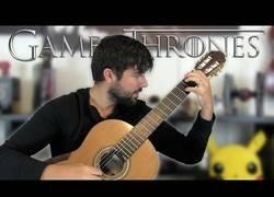 Enlace a Este tío es un genio tocando temas de televisión con su guitarra