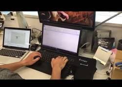 Enlace a El gadget en forma de Enter gigante anti estrés mientras trabajas en un documento