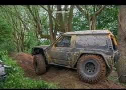 Enlace a Este Nissan Patrol Y60 no tiene obstáculos por muchas cosas que se encuentre por el camino