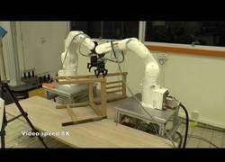 Enlace a Inventan un robot que te mona una silla de IKEA en un visto y no visto