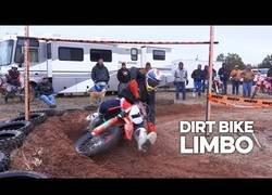 Enlace a Jugando al limbo a bordo de motocross