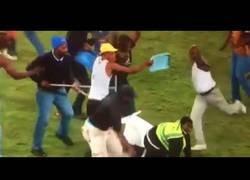 Enlace a Violencia en el fútbol parte 1: Una mujer de seguridad quedó inconsciente y lucha por su vida