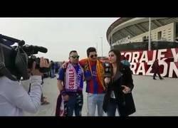 Enlace a Esta reportera de Barça TV obliga a un aficionado a no enseñar la bandera de España en directo