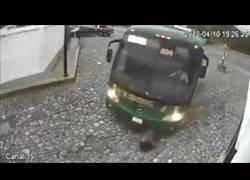 Enlace a Autobús atropella salvajemente a una mujer y se levanta milagrosamente para contarlo