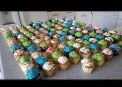 Enlace a El gran Matt Stonie trata de comerse 125 cupcakes y el resultado es muy dulce