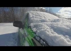 Enlace a Una forma fácil de quitar la nieve de encima del coche
