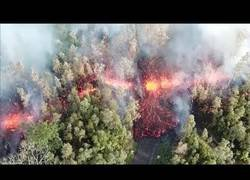 Enlace a Graban con un drone la destrucción de la lava de un volcán en Hawaii en plena erupción