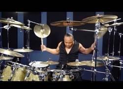 Enlace a Él es Jonathan Moffett, el batería de Michael Jackson y aquí lo vemos en plena acción tocando una de sus canciones