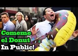 Enlace a Este famoso youtuber japonés se pone a cantar 'Cómeme el Donut' en plena calle y al gente flipa de lo lindo