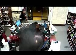 Enlace a Estaba tan tranquilo en una tienda hasta que le explotó los cigarrillos electrónicos