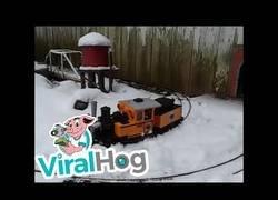 Enlace a Un modelo de tren viaja en un pueblo en miniatura