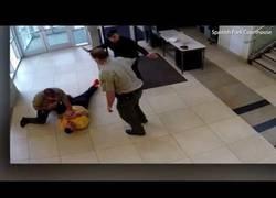 Enlace a Leen su condena en pleno juicio y se va corriendo a tirarse desde el segundo piso del juzgado