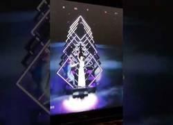 Enlace a Pillan en directo como aparece un espontáneo en la gala de Eurovisión mientras cantaba Reino Unido.