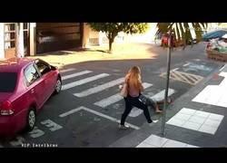 Enlace a Este hombre iba a cometer un robo en plena calle pero se cruzó con la mujer equivocada