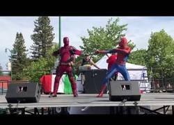 Enlace a Cuando Deadpool y Spiderman se juntan para bailar por Taylor Swift solamente puede salir una genialidad