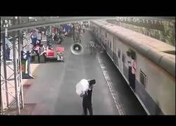 Enlace a Salva por centímetros a una niña ser aplastada por un tren