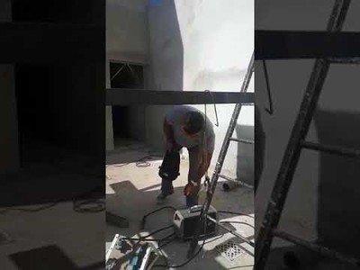 Hicieron su trabajo soldando hasta que se dieron cuenta de su terrible error al terminar la obra