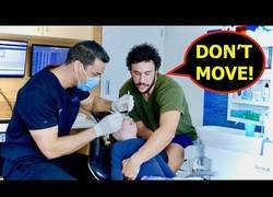 Enlace a Ayudando a un niño a mantener la calma en el dentista