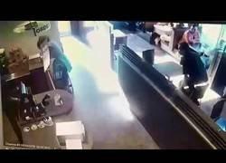 Enlace a Entra una mujer sin techo a un Starbucks y la lía parda lanzando sus heces contra el empleado