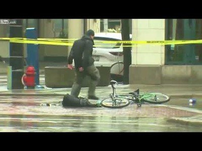 Estaban esperando a los artificieros para ver si la mochila tenía una bomba pero este ciclista se cansó de esperar
