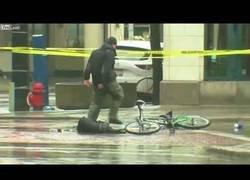 Enlace a Estaban esperando a los artificieros para ver si la mochila tenía una bomba pero este ciclista se cansó de esperar