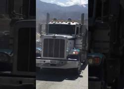 Enlace a Iba tan tranquilo con su camión que ni se enteró que había pillado por completo a un coche