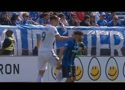 Enlace a Zlatan Ibrahimovic agrede a un jugador contrario en la cara con un tortazo y se va a la calle