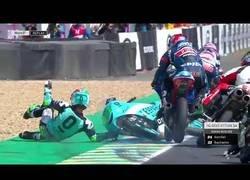 Enlace a Cuando estás en una carrera de Moto 3 pero tu verdadera pasión es destrozar motos