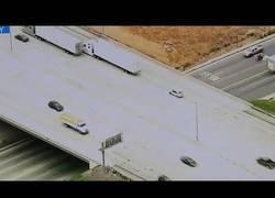 Enlace a Estaban siguiendo por televisión a un coche sospechoso hasta que debajo del puente pasó algo muy loco que confundió a los periodistas