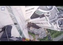 Enlace a Estaban colocando una ventana de cristal de 400 kilos y se les cayó desde lo más alto del edificio