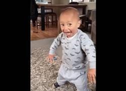 Enlace a Este bebé ya apunta maneras desde bien pequeño haciendo una haka