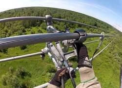 Enlace a El difícil trabajo colocando un espaciador entre cables que pasa corriente de 765.000 voltios