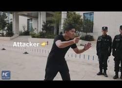 Enlace a La policía china te da un consejo a seguir cuando te ataquen con arma blanca
