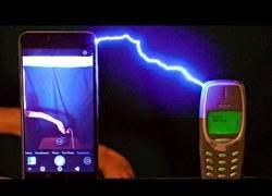 Enlace a Cargan un Nokia 3310 con un millón de voltios