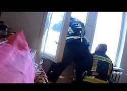 Enlace a Estos bomberos de letonia logran salvar la vida a una persona que se lanzó al vacío por un edificio