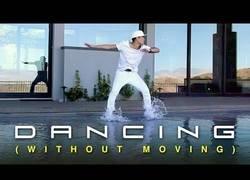 Enlace a El arte de bailar sin moverse lo logra este chico a la perfección